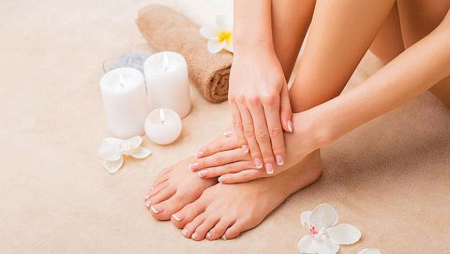 كيفية تفتيح بشرة يديكِ و قدميكِ